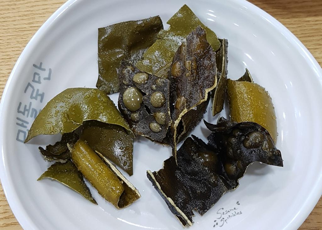 Fried Dasima (다시마부각) served as a side dish at Maetdoloman (맷돌로만) in Seoul 2019.